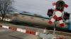 Şoferii care încalcă regulile de circulaţie la trecerea de cale ferată ar putea fi sancţionaţi mai dur