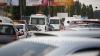 Nici legea nu-i opreşte! Şoferii microbuzelor transformă capitala într-un oraş al haosului pentru trei lei