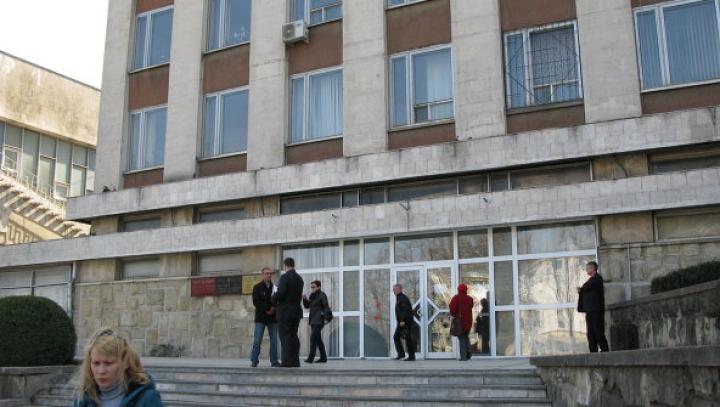 Magistraţii au schimbat măsura de arest în privinţa a doi angajaţi ai Vamei, a poliţistului şi a doi foşti vameşi, reţinuţi la postul vamal Larga