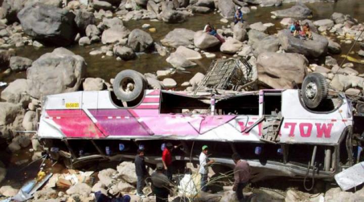 Accident GRAV în Peru. 51 de persoane au murit după ce un autobuz a căzut într-o prăpastie