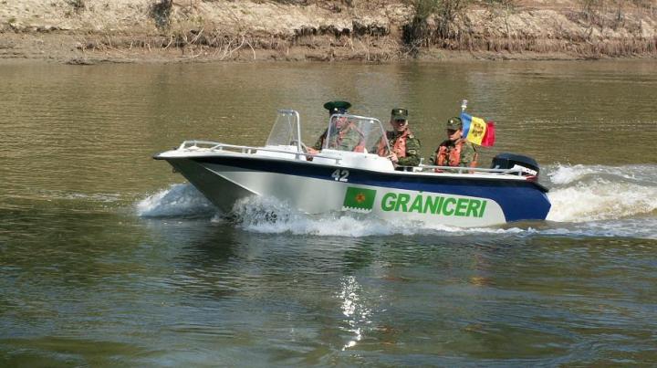 """Poliţiştii de frontieră au """"pescuit"""" mai multe mii de pachete de ţigări din râul Prut (FOTO)"""