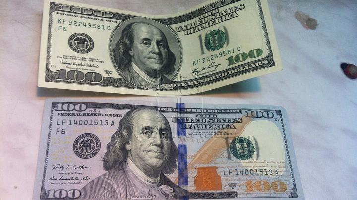 Bancnota nouă de 100 de dolari a ajuns în Moldova. Cum recunoşti una falsă de una bună. FOTO