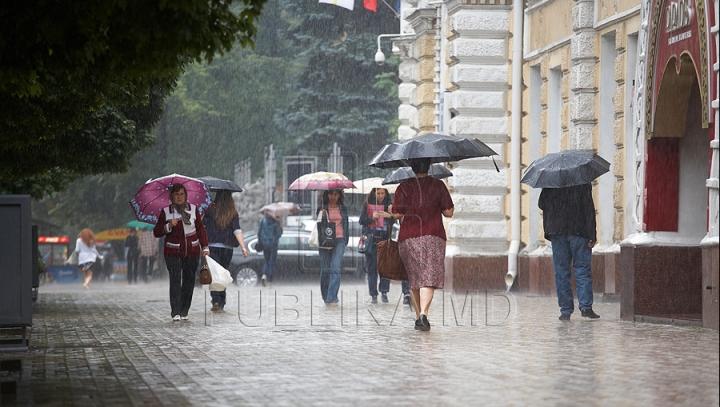 Ploi şi intensificari de vânt, anunţă meteorologii pentru astăzi