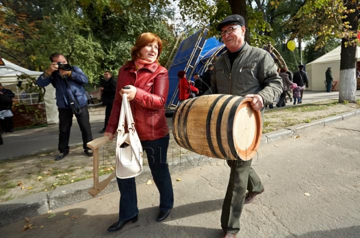 FOTO REPORT: Mult vin, bucate alese şi bună dispoziţie în prima zi a Sărbătorii Naţionale a Vinului
