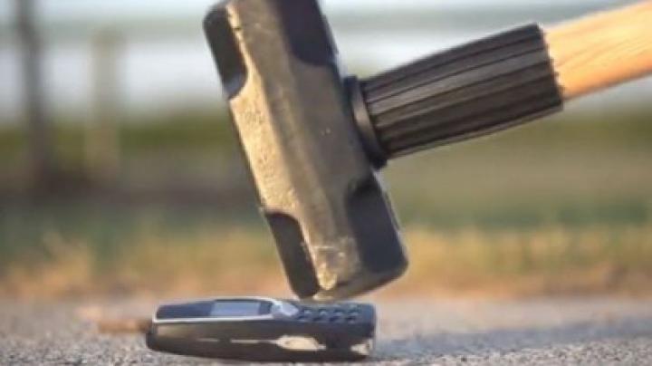 Nokia Lumia 900 VS Nokia 3310! Test de rezistenţă în slow motion (VIDEO)
