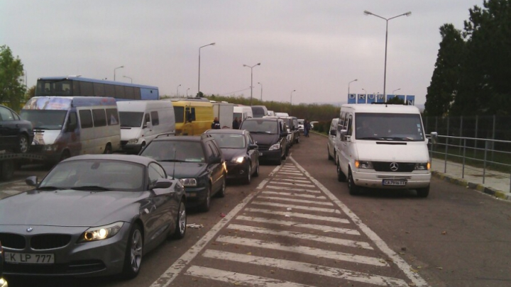Controale mai aspre la Vama Albiţa! Zeci de maşini stau în rând, câte două-trei ore, pentru a ieşi din ţară. FOTO