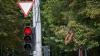 SURPRIZĂ din asfalt! Ce a păţit un şofer atunci când s-a aprins culoarea roşie a semaforului (VIDEO)