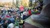 """Voronin şi """"tovarăşii"""" au sărbătorit Revoluţia din Octombrie şi au depus flori la picioarele lui Lenin. GALERIE FOTO"""