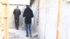 Poliţişti surprinşi muncind pe un şantier de construcţii. Cum au reacţionat când au văzut echipa de filmare
