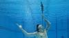 Un bărbat din Sydney a înghiţit simultan trei săbii sub apă, de Ziua Recordurilor (VIDEO)