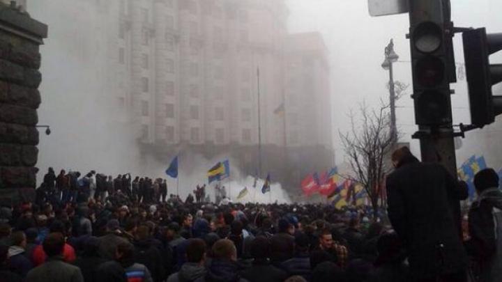 (FOTO) Tensiuni la Kiev. Manifestanţii au blocat sediul guvernului, iar miniştrii au fugit pe ieşirea din spate