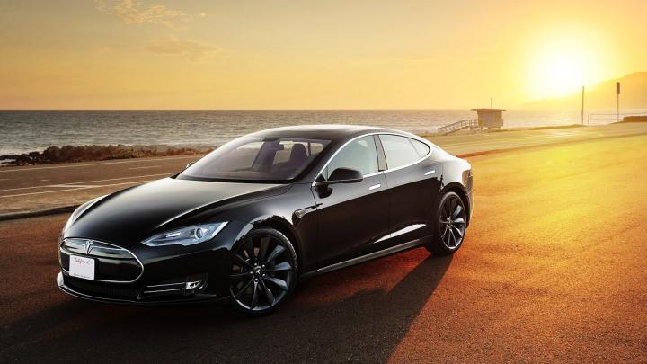 Un nou accident bizar cu Tesla Model S. Maşina electrică s-a aprins după ce a trecut peste o cale ferată (FOTO)