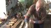 El este singurul meşter din Moldova care poate confecţiona buciume
