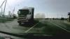 (VIDEO) A tras o spaimă soră cu moartea! O şoferiţă a ţipat cât au ţinut-o plămânii când a văzut ce cade dintr-un TIR