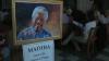 Omagii pentru Mandela. Milioane de oameni continuă să vină cu flori şi lumânări la fosta reşedinţă a primului lider sud-african