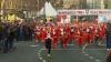(VIDEO) Mii de Moşi Crăciuni s-au întrecut pe străzile Serbiei, în timp ce erau aclamaţi de mulţime