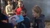 Caravana de Crăciun a ajuns la mai multe familii nevoiaşe: Peste două mii de copii au primit cadouri şi dulciuri (VIDEO)