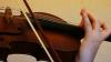 Îşi cântă la vioară puţinele bucurii şi prea multele tristeţi. Povestea unei tinere care crede în magia Crăciunului