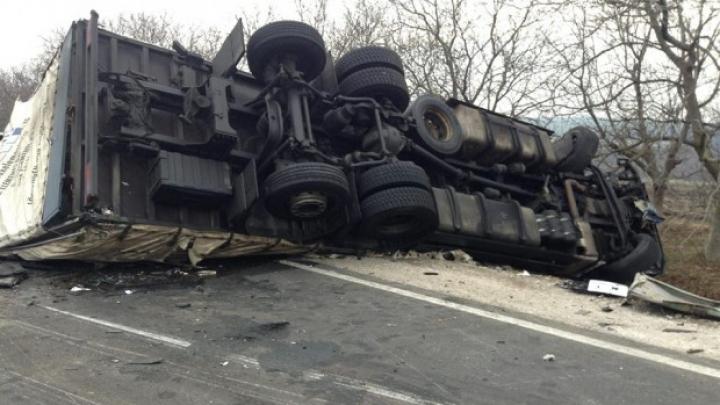 Accident pe traseul Chişinău-Bălţi! Un camion s-a răsturnat după ce a fost lovit de o autobasculantă (FOTO)