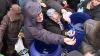 Zeci de credincioşi din Constanţa s-au îmbulzit la dopuri pentru sticlele de agheasmă (VIDEO)