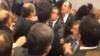 Bătaie ca-n stradă în Parlamentul turc. Deputaţii au aruncat unii în alţii cu sticle cu apă şi tablete VIDEO