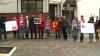 """Zeci de fani ai Formulei 1 au venit astăzi în faţa Ambasadei Germaniei la Chişinău. """"Îi urăm însănătoşire grabnică lui Michael Schumacher"""""""