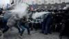 Violenţe în Ucraina! Protestatarii au aruncat cu pietre în forţele de ordine, iar poliţiştii au răspuns cu gaze lacrimogene
