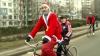 Câţiva Moşi Crăciun pe biciclete, văzuţi pe străzile capitalei. Au făcut cadouri copiilor şi tinerilor din familiile defavorizate (VIDEO)