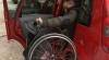 Discriminaţi de societate. Persoanele cu handicap îşi găsesc cu greu un loc de parcare