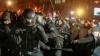 Aproape 100 de persoane au fost rănite în violenţele ce au continuat toată noaptea la Kiev