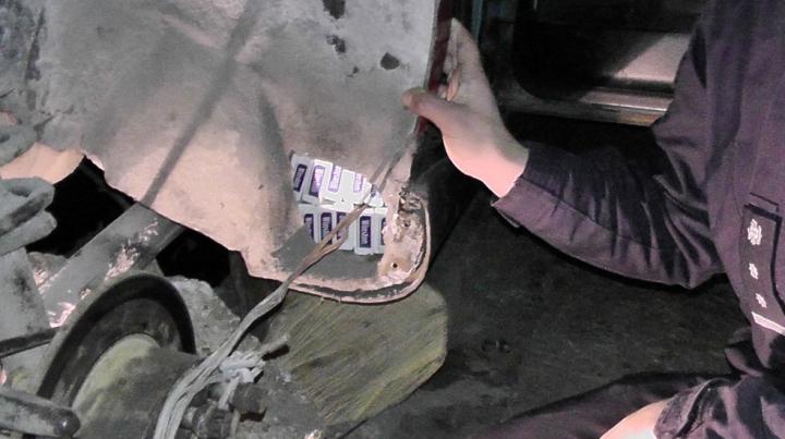 Ţigări autohtone ascunse într-o maşină cu numere de înmatriculare româneşti