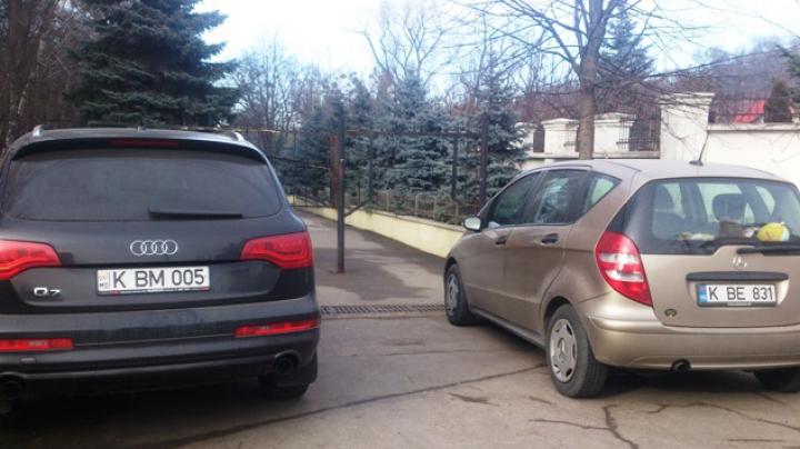 """Obrăznicia unor şoferi nu are margini. Uite cum şi-au parcat doi """"şmecheri"""" automobilele"""