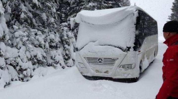 Un autocar cu 44 de elevi din Republica Moldova, blocat în nămeţi în România