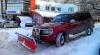 Util şi ingenios. Vezi cum curăţă zăpada din Chişinău un şofer cu un SUV (FOTO)