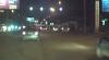 Martor ocular: Un şofer a trecut la culoarea roşie şi era cât pe ce să provoace un accident rutier (VIDEO)