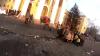 Momentul în care un bărbat cade RĂPUS de glontele unui lunetist în centrul Kievului (VIDEO)
