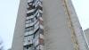 Zeci de balcoane din capitală riscă să se prăbuşească. Ce măsuri întreprind autorităţile (VIDEO)