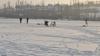 Codul Galben nu îi sperie: Împătimiţii pescuitului la copcă îşi petrec timpul liber pe gheaţă sfidând avertizările