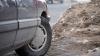 GHINIONUL unui şofer din Rusia: Maşina lui a fost prinsă într-o capcană de gheaţă (FOTO)
