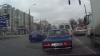 Nepăsare fără limite la o intersecţie din Chişinău. Un şofer a făcut o depăşire pe contrasens la culoarea roşie a semaforului (VIDEO)