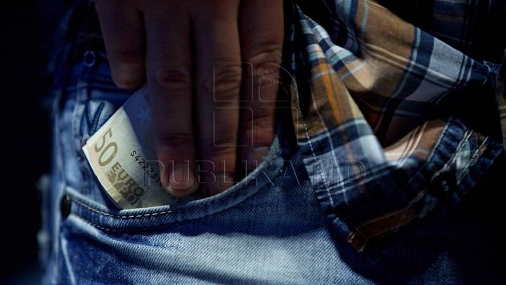 Procurorul din Nisporeni care a cerut bani pentru a înceta o urmărire penală, ÎNVINUIT de corupere pasivă