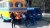 Situaţie BIZARĂ în centrul Orheiului: Mai mulţi copii împing un autobuz şcolar (VIDEO)