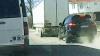 Şoferul unui Porsche Cayenne se dă mare în trafic, după care îşi face maşina ŢĂNDĂRI de o remorcă (VIDEO)