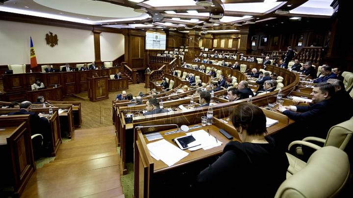 Şedinţa Legislativului a început cu o pauză de o oră solicitată de comunişti