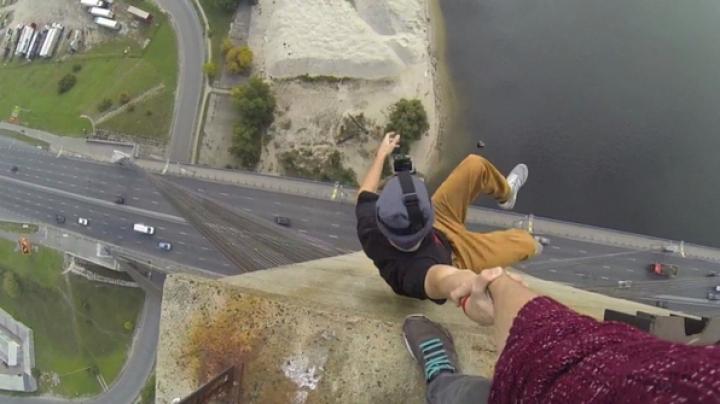 Doi tineri îşi fac de cap la peste 100 de metri înălţime. Avertizăm, imaginile sunt ameţitoare (VIDEO)