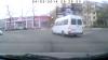 Trece la roşu şi nici că-i pasă! Uite cum încalcă regulile de circulaţie un şofer de pe ruta 129 (VIDEO)