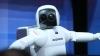 (VIDEO) Robotul ASIMO uimeşte prin fluiditatea, precizia şi graţia mişcărilor sale omeneşti. Maşinăria poate chiar să danseze!