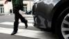 O femeie a fost lovită chiar pe trecerea de pietoni de o maşină a Întreprinderii Pază de Stat a MAI
