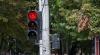Fără reguli! Un şofer trece pe contrasens pentru a depăşi o maşină care staţiona la semafor (VIDEO)