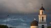 Meteorologii anunţă ploi slabe însoţite de descărcări electrice şi vânt moderat la puternic
